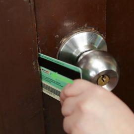 روش  باز کردن قفل درب آپارتمان با کارت اعتباری