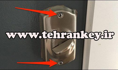 باز کردن پیچ قسمت داخلی قفل دیجیتال