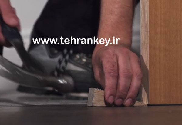 محکم کردن درب چوبی