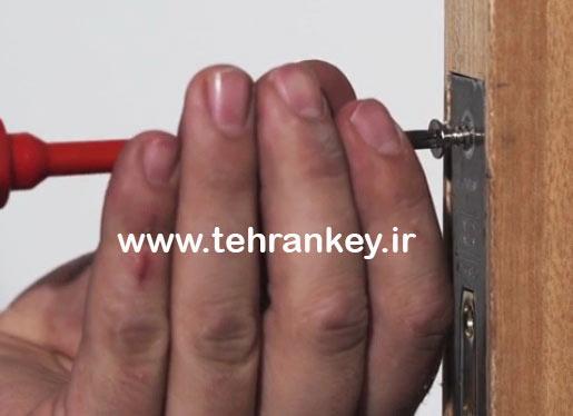نصب قفل چوبی داخل درب