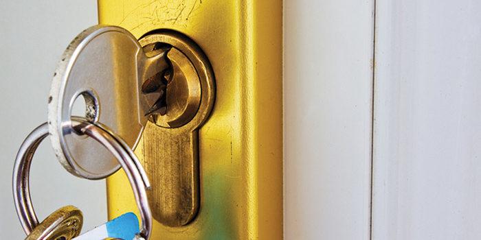 باز کردن درب هنگام جا ماندن کلید پشت درب